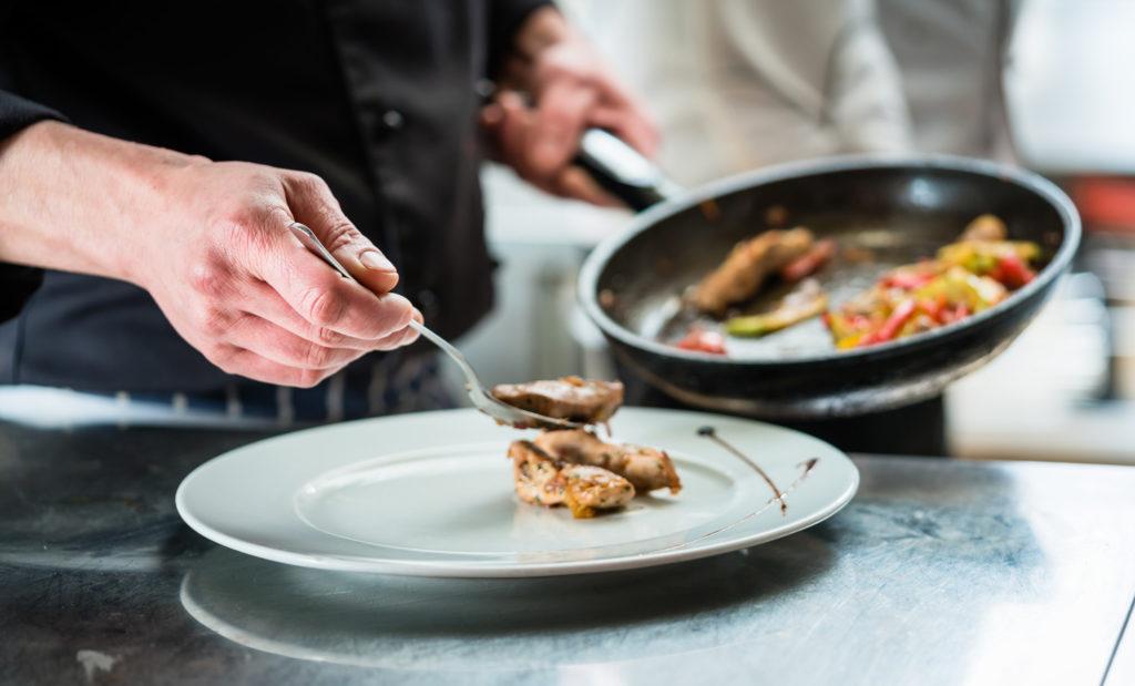 cuisinier préparant un plat gastronomique