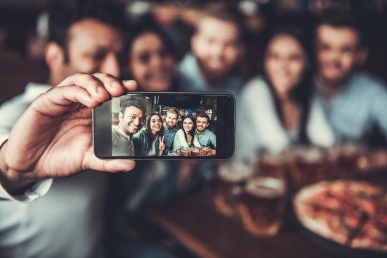 personnes se prenant en selfie
